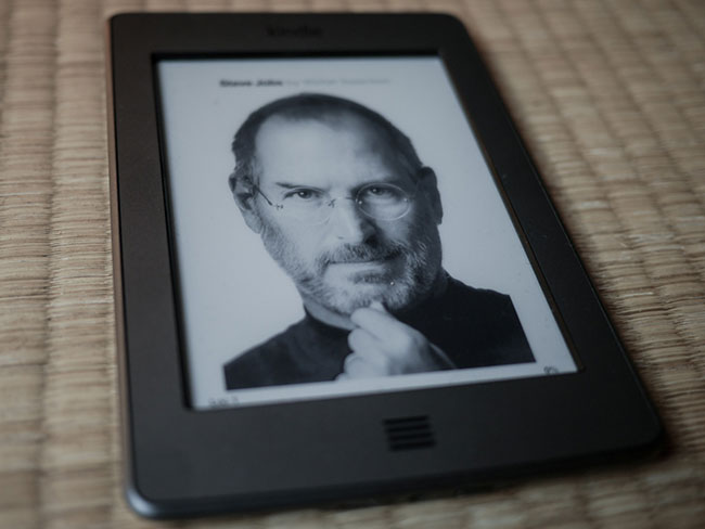 Black and white cover of Issacson's Steve Jobs book on an eink Kindle